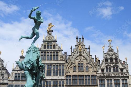 Tuinposter Antwerpen Antwerpener Pracht / Brabobrunnen vor den Giebeln der Zunfthäuser auf dem Grote Markt in Antwerpen