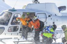 Freerider Steigen Auf Einem Gletscher Aus Dem Helikopter
