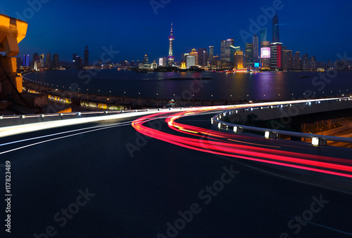 Photo  Empty road floor with bird-eye view at Shanghai bund Skyline
