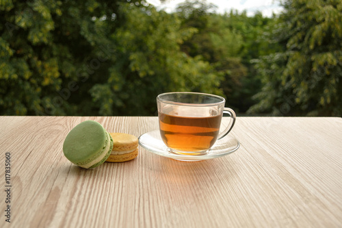 Photo  fresh tea in cup and biscuits on garden table