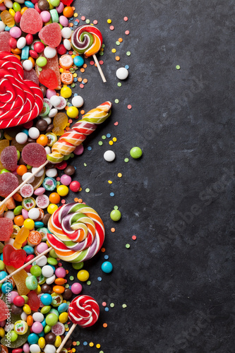 Photo sur Aluminium Confiserie Colorful candies, jelly and marmalade over stone