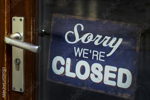 Schild mit geschlossener Ladentür Billede på lærred