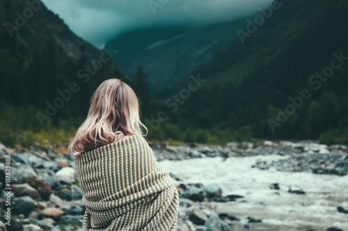 Foto  Girl wrapped in blanket
