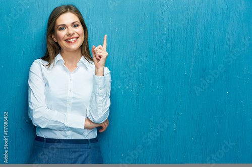 Foto  Smiling business woman pointing finger at copy space.
