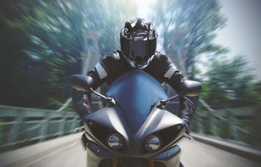 FototapetaSchnelle Motorradfahrt mit Bewegungsunschärfe