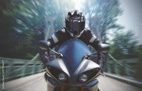 In de dag Motorsport Schnelle Motorradfahrt mit Bewegungsunschärfe
