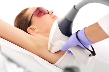 Laserowa depilacja. Kobieta na zabiegu depilacji laserowej
