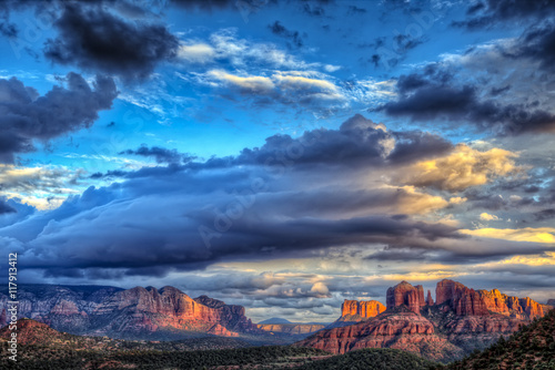 the-last-rays-of-sunlight-over-sedona-arizona-with-a-building-storm-moving-in