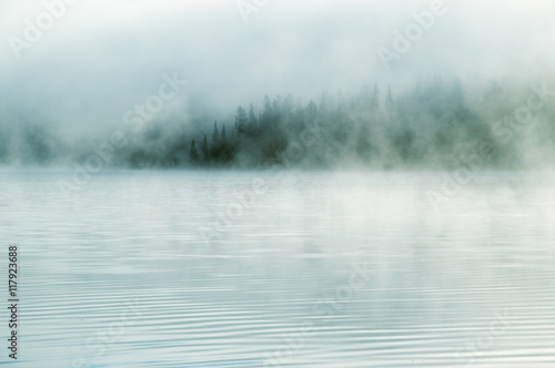 Photo Heavy fog in the early morning on a mountain lake