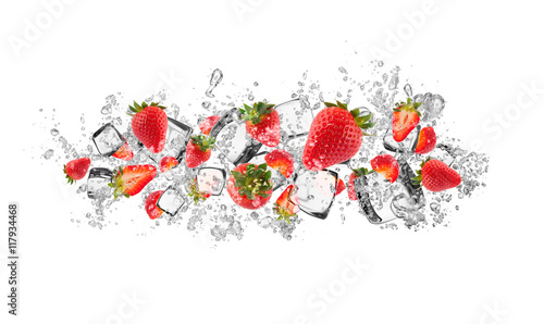 Foto auf Leinwand Wasserfalle Strawberries in water splash on white background