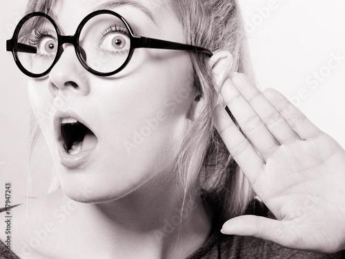 Foto  Entsetztes abhörendes Mädchen.