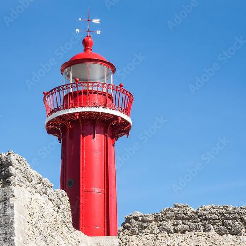 Nahaufnahme eines alten roten Leuchtturms in Figueira da Foz, Portugal