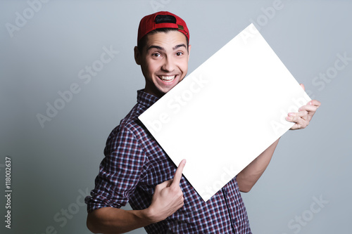 Fotografía  Young man holding blank paper