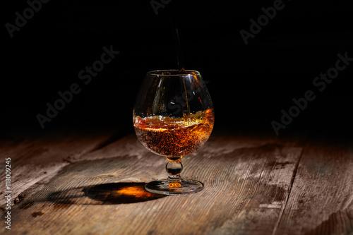 koniak-na-drewnianym-stole