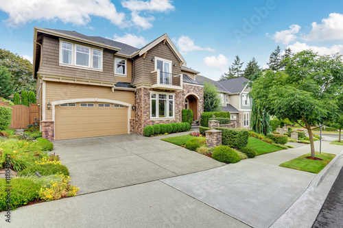 Fotografia  Beautiful curb appeal of American house with stone trim