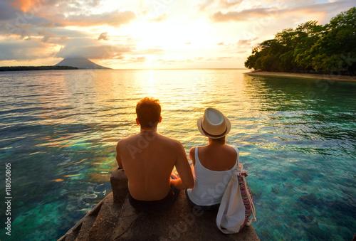 Plakat Szczęśliwa para na molu na tło kolorowym zmierzchu