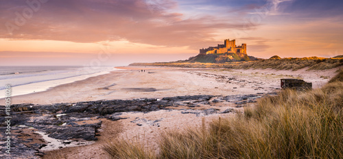 Cadres-photo bureau Chateau Golden Bamburgh Castle panorama, on the Northumberland coastline, bathed in late afternoon golden sunlight