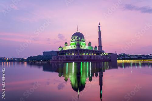 Photo Stands Kuala Lumpur Putrajaya mosque between sunsire in Kuala Lumpur, Malaysia.