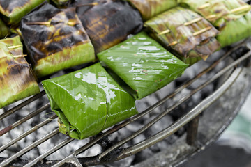 Panel Szklany Grill Closeup Fish in banana leaf on the grill, Thai style food