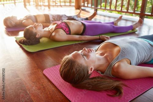Poster  Yoga-Klasse in der Leiche liegend Pose, Savasana
