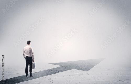 Fotografía  Standing salesman looking ahead with arrow