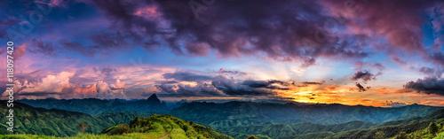 Plakat Zachód słońca nad górą.