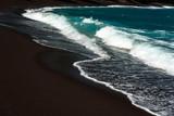 Wulkaniczna plaża z czarnym piaskiem - 118098080