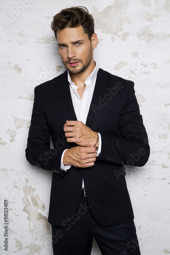 Fotomural  Portrait of sexy man in black suit
