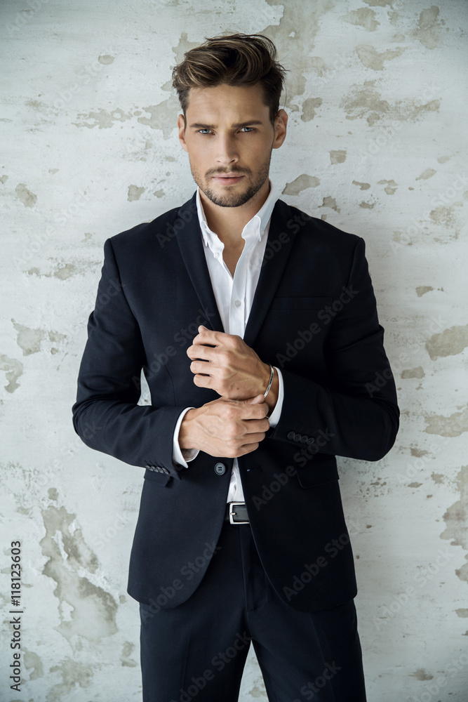 Fotografía Portrait of sexy man in black suit