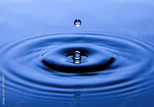 In de dag Water Water drop splashing macro with waves