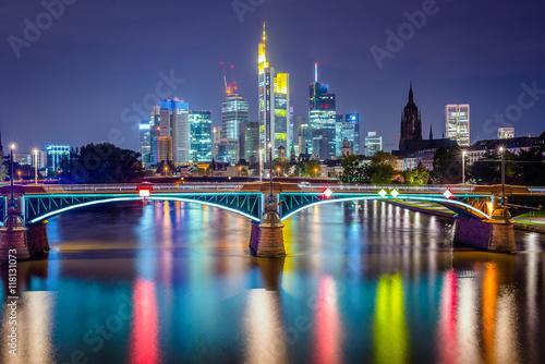 kolorowy-oswietlony-noca-most-w-frankfurcie