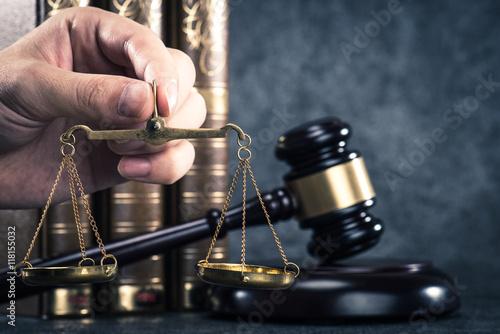 Fotografija  金の天秤と法律