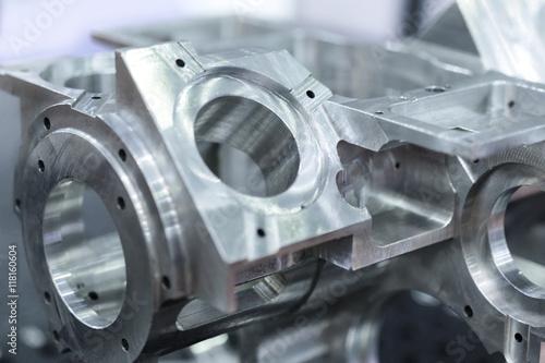 Fotografía  Detail of aluminum machined parts, shiny surface.