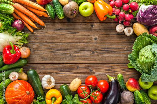 Tuinposter Groenten Frame of assorted fresh vegetables