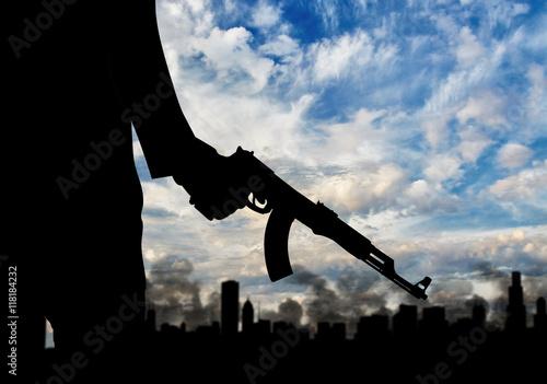 Fotografía  Silhouette of armed man against city in smoke