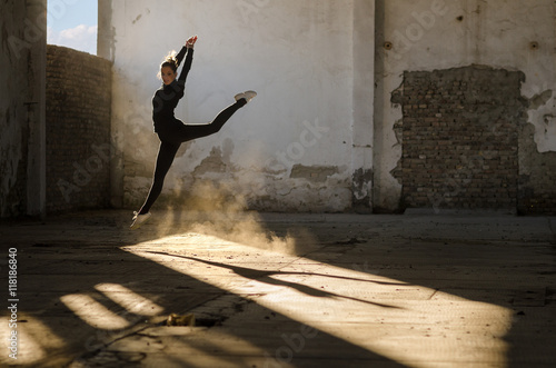Photo  Ballerina dancing and jumping in abandoned building
