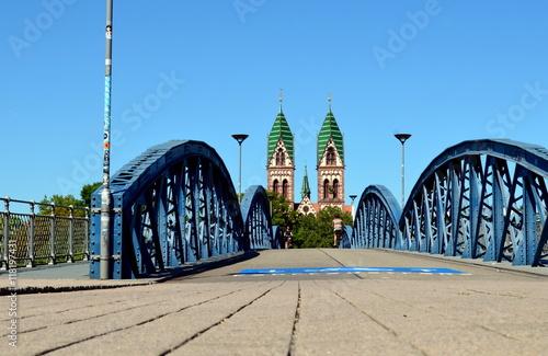 Foto auf AluDibond Bahnhof Fahrradbrücke in Freiburg