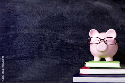 Fotografía  Piggybank with glasses and blackboard