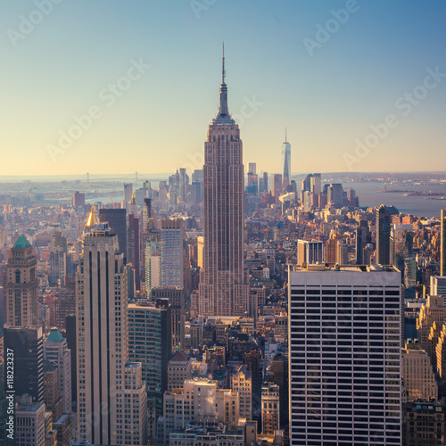 Fotografía  view of Manhattan skyline and skyscrapers at sunrise, New York C