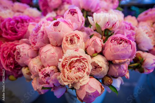 Foto  Bouquet of peony flowers on the farmers Pike  market, shallow depth of field