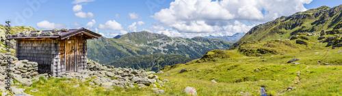 Fotografie, Obraz  Panorama mit Hütte am Berg