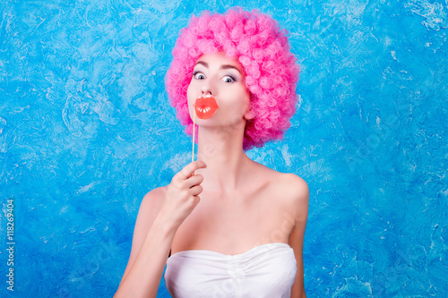 Fotografía  Comic image with female / women / adult with pink wig and big lips on blue backg