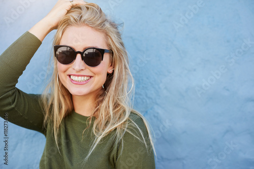 Foto  Pretty young woman in sunglasses smiling