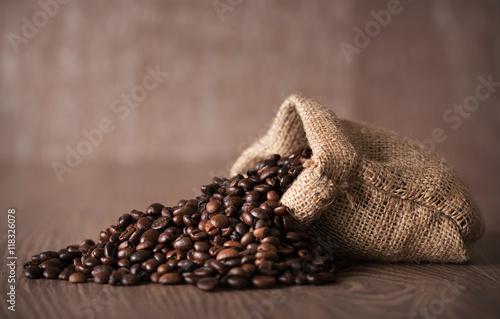 Papiers peints Café en grains Coffee beans on wooden background