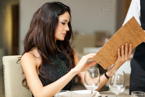 Plakat Para ma obiad w luksusowej restauraci