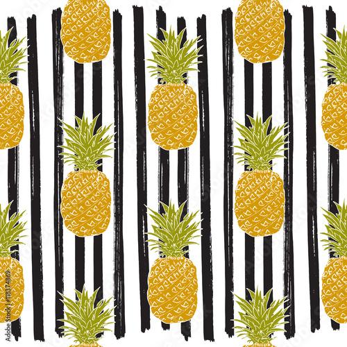 ananasy-rysowane-na-bialo-czarnym-tle