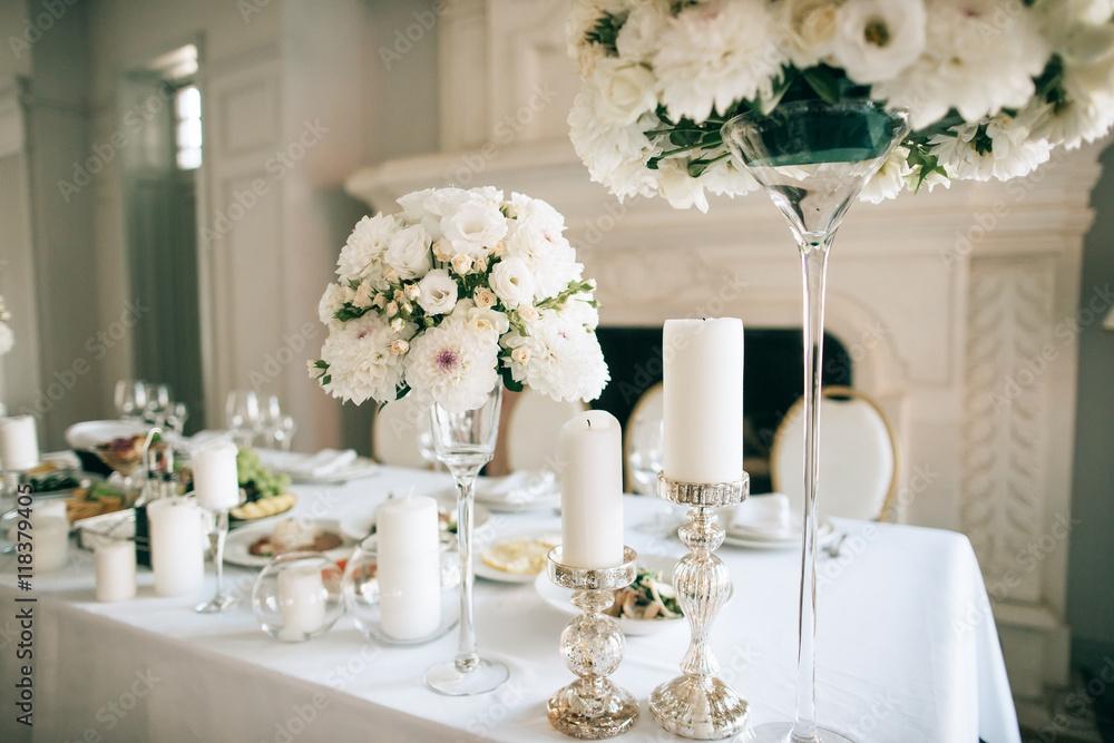 Tischdekoration Mit Weissen Blumen Und Kerzen Fur Eine Ereignisparty