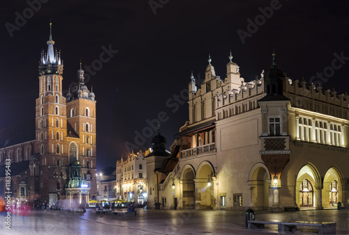 Poster Cracovie St. Mary's Basilica and Market Square at night, Old Town, Krakow