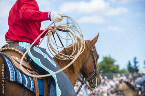 Photo cowboy sur un cheval avec lasso