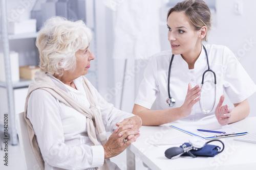 Plakat Starsza kobieta podczas medycznych konsultacji